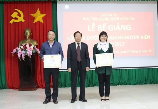 TS. Nguyễn Đăng Quế - Giám đốc Phân viện khu vực Tây Nguyên trao giấy khen cho học viên có thành tích xuất sắc