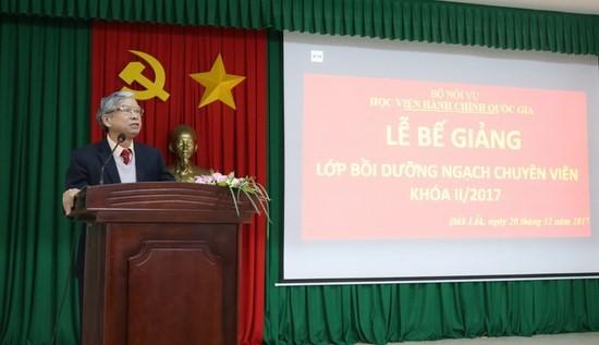 NGƯT. TS. Vũ Thanh Xuân – Phó Giám đốc Học viện hành chính Quốc gia phát biểu bế giảng lớp học