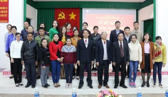 Lãnh đạo Học viện, Phân viện chụp hình lưu niệm cùng học viên