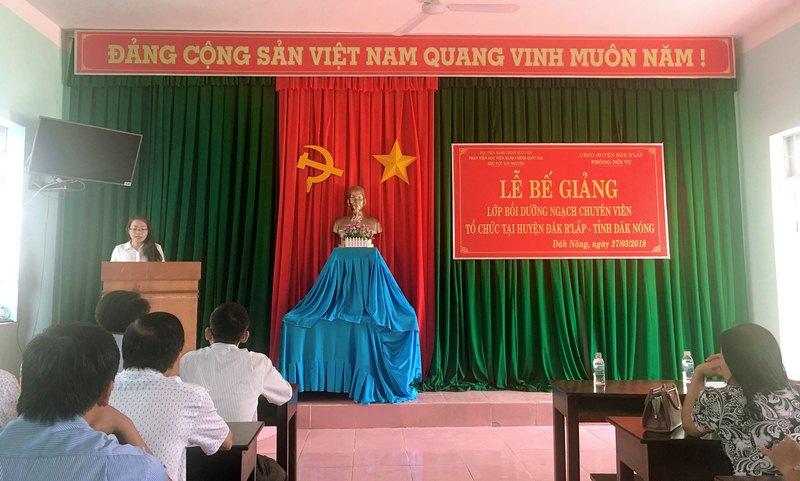 ThS. Lê Kim Loan - Chuyên viên khoa Đào tạo và Bồi dưỡng, Phân viện Học viện Hành chính Quốc gia khu vực Tây Nguyên công bố báo cáo tổng kết lớp