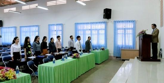 TS. Nguyễn Đăng Quế, Đảng ủy viên, Phó giám độc Học viện Hành chính Quốc gia, Bí thư chi bộ Phân viện khu vực Tây Nguyên giao nhiệm vụ cho hai đảng viên mới