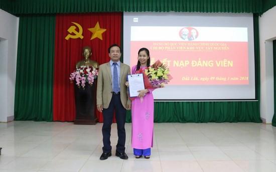 TS. Nguyễn Đăng Quế, Đảng ủy viên, Phó giám độc Học viện Hành chính Quốc gia, Bí thư chi bộ Phân viện khu vực Tây Nguyên đọc và trao quyết định cho quần chúng Trần Thị Mai