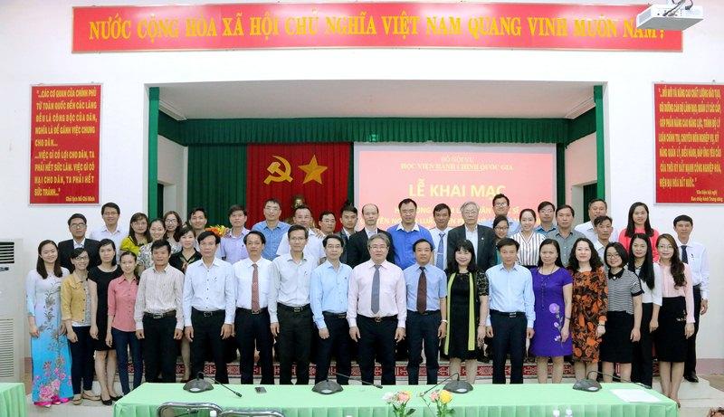 Lãnh đạo Học viện và các nhà khoa học chụp hình lưu niệm cùng học viên