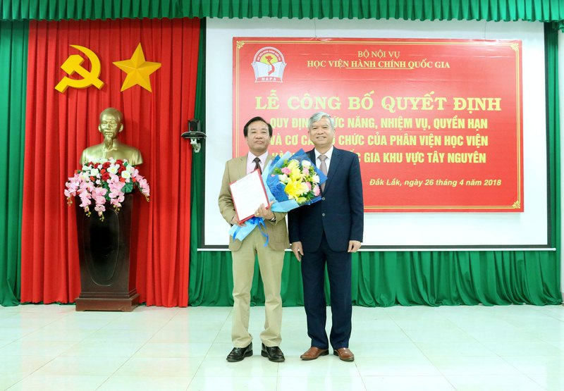 NGƯT.TS. Vũ Thanh Xuân - Phó Giám đốc Học viện Hành chính Quốc gia trao quyết định và tặng hoa chúc mừng Phân viện
