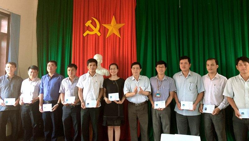 Ông Vũ Minh Khôi - Phó Bí thư thường trực huyện ủy, Chủ tịch Hội đồng nhân dân huyện trao chứng chỉ cho các học viên