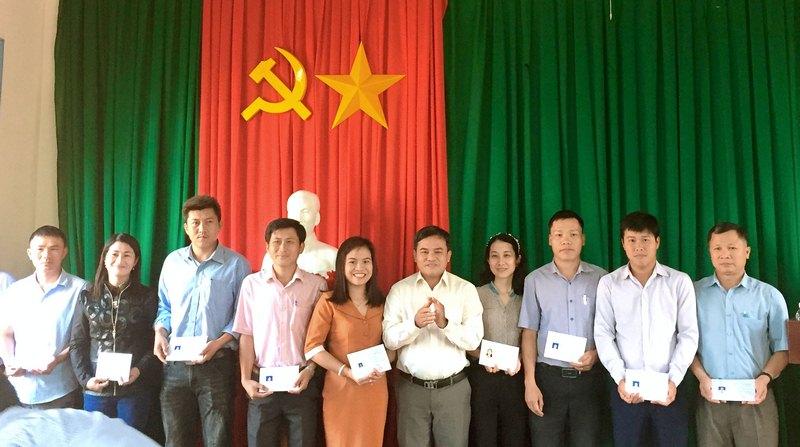 Đồng chí Trần Viết Cự - Huyện ủy viên, Phó Chủ tịch Ủy ban nhân dân huyện trao chứng chỉ cho các học viên