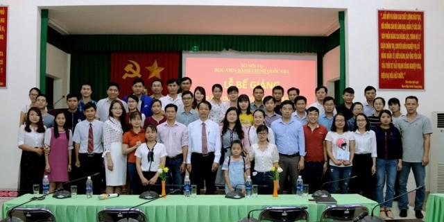 Toàn thể học viên của lớp chụp hình lưu niệm cùng thầy cô của Phân viện