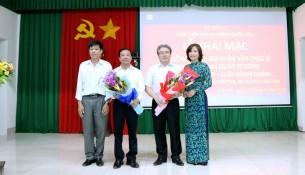 Đại diện học viên của các lớp cao học tặng hoa tri ân cho thầy cô