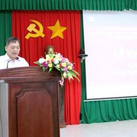 Ông Võ Văn Hùng - Phó Trưởng phòng công chức, viên chức, Sở Nội vụ tỉnh Đắk Lắk thông qua các quyết định liên quan đến lớp học