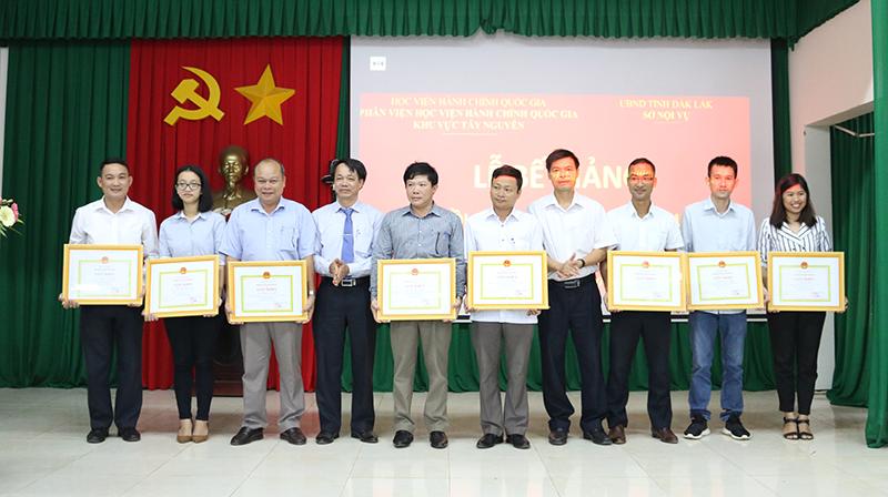 TS. Lê Văn Từ và ông Hoàng Mạnh Hùng trao giấy khen cho các học viên đạt thành tích học tập xuất sắc