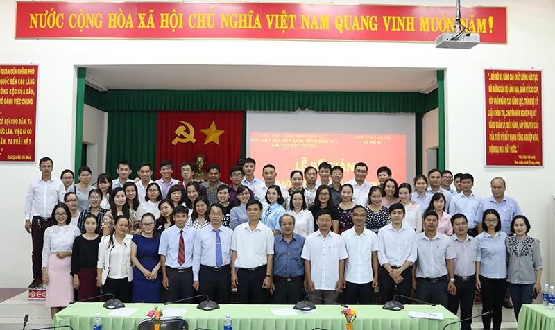 Các học viên chụp hình lưu niệm cùng các thầy, cô và lãnh đạo Sở Nội vụ