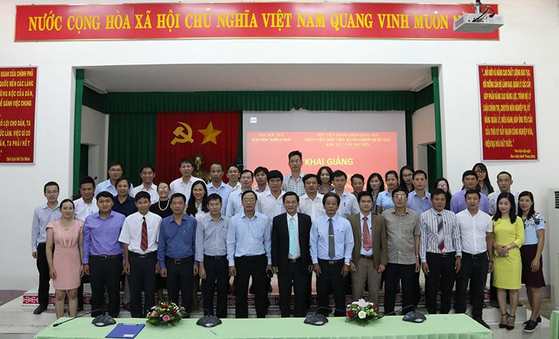 Các học viên của lớp chụp hình lưu niệm cùng các thầy cô