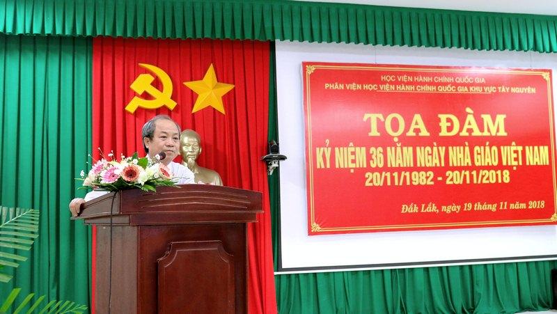 Ông Trần Văn Đởn - Phó trưởng phòng Quản trị, Phân viện Học viện Hành chính Quốc gia khu vực Tây Nguyên trình bày tham luận