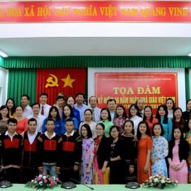 Toàn thể các thầy cô giáo, viên chức, người lao động và học viên, sinh viên chụp hình lưu niệm
