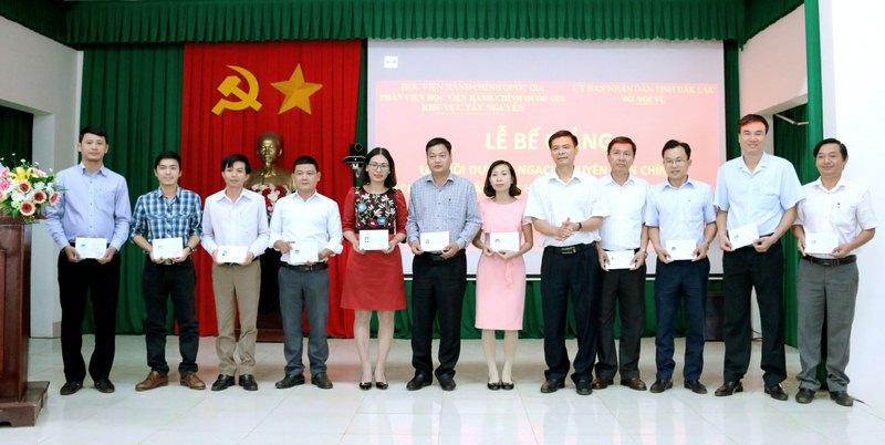 Ông Hoàng Mạnh Hùng – Phó Giám đốc Sở Nội vụ trao chứng chỉ cho các học viên