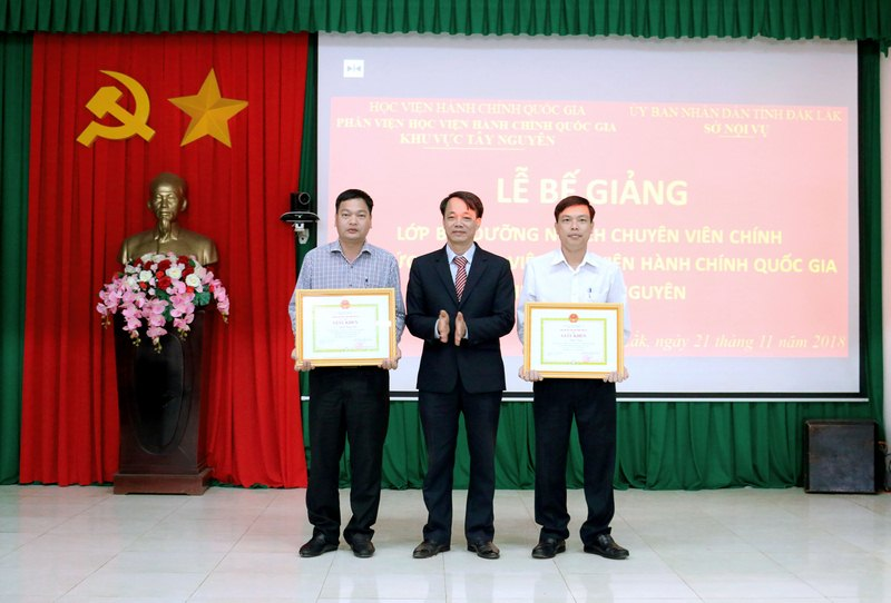 TS. Lê Văn Từ trao giấy khen cho các học viên đạt thành tích học tập xuất sắc