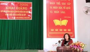Bà H'Yao Knul - Phó Giám đốc Sở Nội vụ tỉnh Đắk Lắk phát biểu khai giảng lớp học