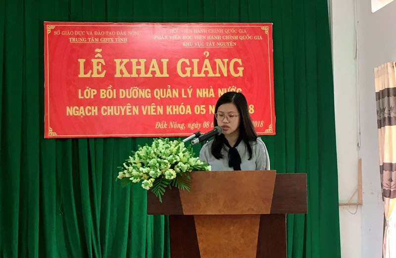 Bà Đặng Thị Việt Hà - Chuyên viên Phòng Quản lý Đào tạo và Bồi dưỡng, Phân viện Học viện Hành chính Quốc gia khu vực Tây Nguyên thông qua các quyết định liên quan đến lớp học