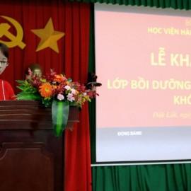 ThS Tạ Thị Thu Trang - Chuyên viên Phòng Quản lý Đào tạo và Bồi dưỡng, Phân viện Học viện Hành chính Quốc gia khu vực Tây Nguyên thông qua các quyết định liên quan đến lớp học