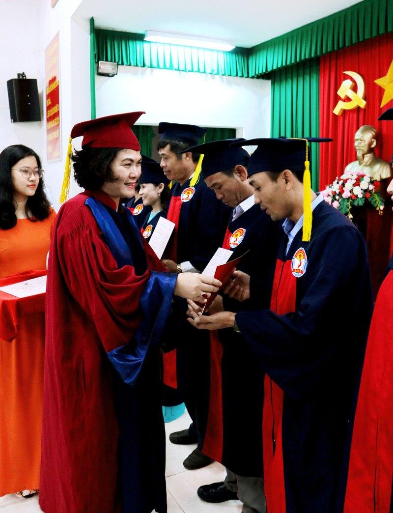 ThS. Phan Thị Thanh Hương – Phụ trách điều hành Phòng Quản lý đào tạo và Phát triển nhân lực hành chính, Học viện Hành chính Quốc gia trao chứng chỉ cho các học viên