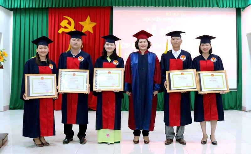 ThS. Phan Thị Thanh Hương – Phụ trách điều hành Phòng Quản lý đào tạo và Phát triển nhân lực hành chính, Học viện Hành chính Quốc gia trao giấy khen cho các học viên đạt thành tích cao trong học tập