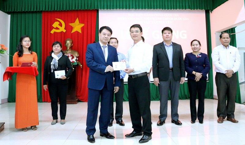 ThS. Tống Đăng Hưng – Phó Trưởng ban, Ban Quản lý bồi dưỡng Học viện Hành chính Quốc gia trao chứng chỉ cho các học viên