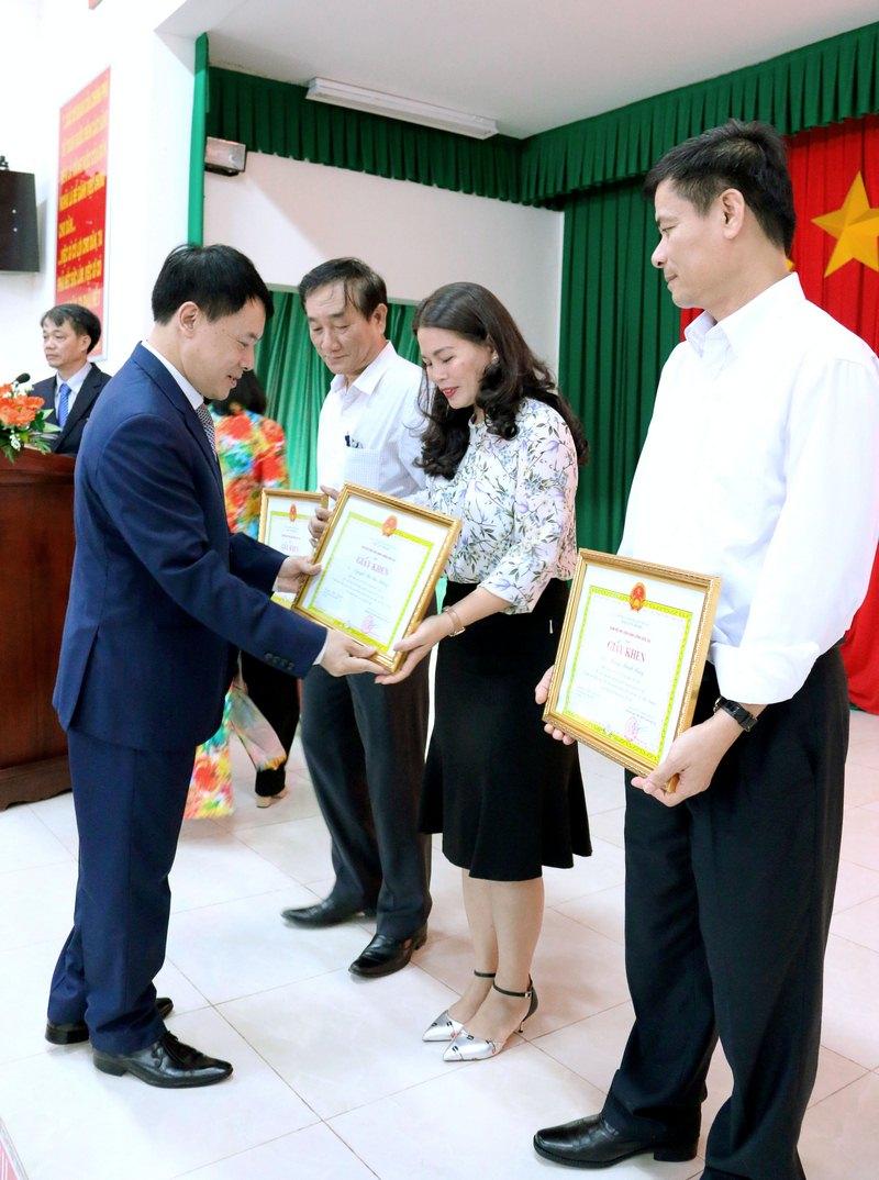 ThS. Tống Đăng Hưng – Phó Trưởng ban, Ban Quản lý bồi dưỡng Học viện Hành chính Quốc gia trao giấy khen cho các học viên đạt thành tích xuất sắc