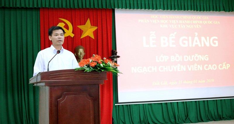 Ông Hoàng Mạnh Hùng đại diện cho học viên của lớp phát biểu tại buổi lễ