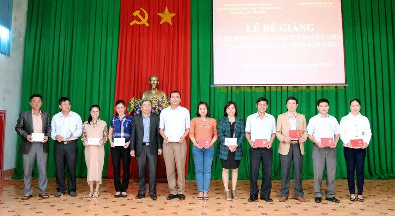 Ông Nguyễn Văn Hà- Phó Bí thư Huyện ủy, Chủ tịch Ủy ban nhân dân huyện EaKar trao chứng chỉ cho các học viên