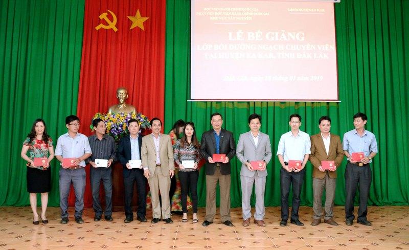 Ông Đặng Ngọc Hiền -  UVBTV, Trưởng Ban Tổ chức Huyện ủy huyện EaKar trao chứng chỉ cho các học viên