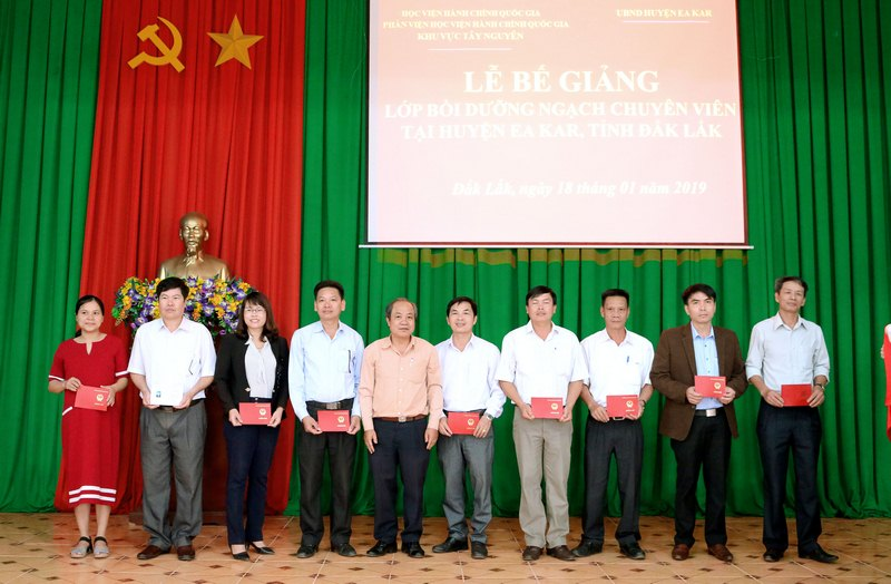 Ông Trần Văn Đởn - phó Trưởng Phòng Quản trị, Phân viện Học viện Hành chính Quốc gia trao chứng chỉ cho các học viên