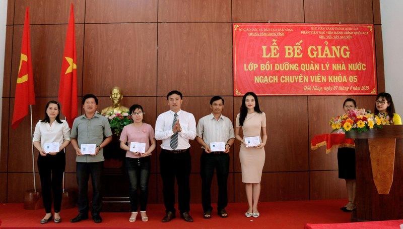 Ông Lê Đức Ánh - Phó Giám đốc phụ trách Trung tâm Giáo dục thường xuyên trao chứng chỉ cho các học viên