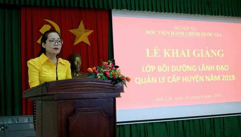 ThS Lê Kim Loan - Chuyên viên Phòng Quản lý Đào tạo và Bồi dưỡng, Phân viện Học viện Hành chính Quốc gia khu vực Tây Nguyên công bố các quyết định liên quan đến lớp học