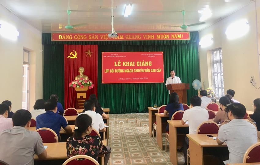 Đồng chí Nguyễn Văn Vỵ, Ủy viên Ban Thường vụ Tỉnh ủy – Trưởng Ban Tổ chức Tỉnh ủy Sơn La phát biểu khai giảng