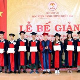 NGƯT. TS. Vũ Thanh Xuân – Phó Giám đốc Học viện Hành chính Quốc gia trao bằng cho các tân cử nhân