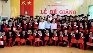 Tập thể lớp chụp hình lưu niệm cùng các thầy cô, Lãnh đạo Học viện, Lãnh đạo Sở Nội vụ, Tỉnh ủy tỉnh Đắk Lắk
