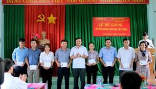 Ông Đậu Đình Thái, Thường vụ Huyện ủy, Trưởng ban tổ chức Huyện ủy trao chứng chỉ cho các học viên