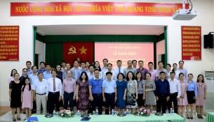 Học viên của lớp và các thầy cô chụp hình lưu niệm