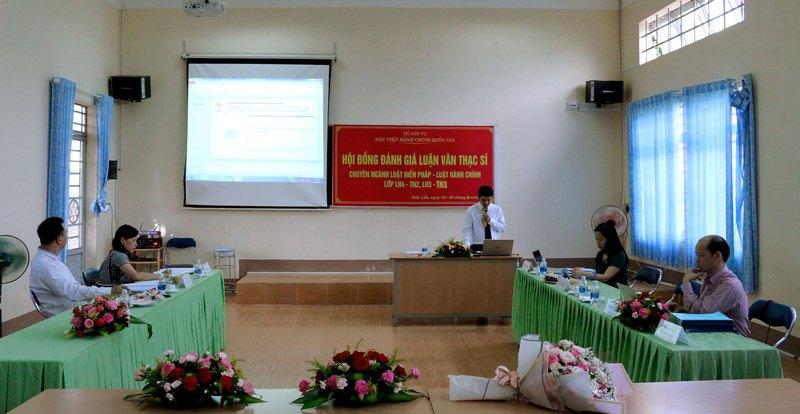 Học viên trình bày tóm tắt luận văn trước hội đồng
