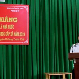 Ông Nguyễn Tiến Dũng - Chuyên viên Phòng Quản lý Đào tạo và Bồi dưỡng, Phân viện Học viện Hành chính Quốc gia khu vực Tây Nguyên công bố các quyết định liên quan đến lớp học