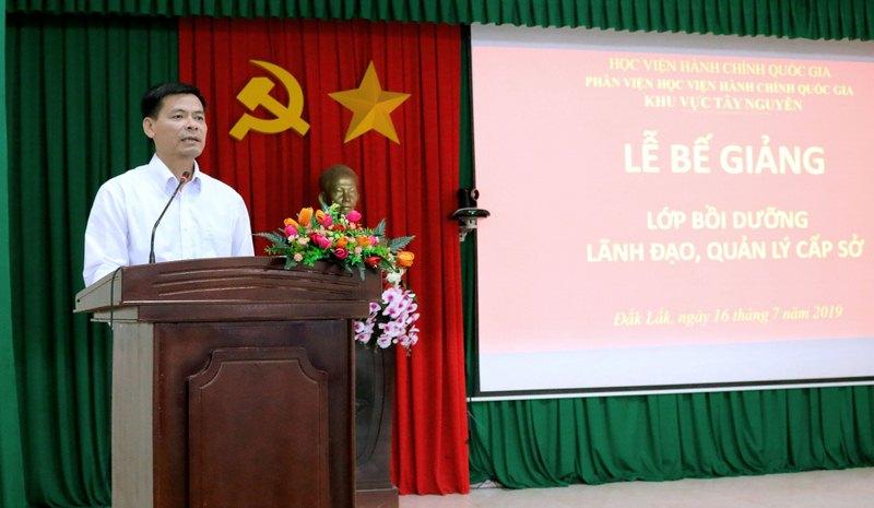 Ông Hoàng Mạnh Hùng - Phó giám đốc Sở Nội vụ tỉnh ĐắkLắk đại diện cho học viên phát biểu tại buổi lễ