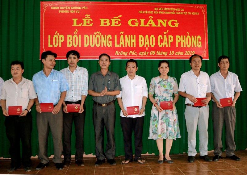 Ông Mai Đình Thọ - Phó bí thư Huyện Krông Pắk trao chứng chỉ cho các học viên