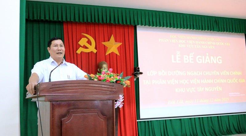 Ông Hoàng Văn Tám - Đại diện cho học viên của lớp phát biểu tại buổi lễ