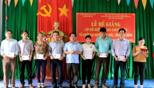Ông Phạm Ngọc Ẩn - Phó chủ tịch UBND huyện trao chứng chỉ cho các học viên
