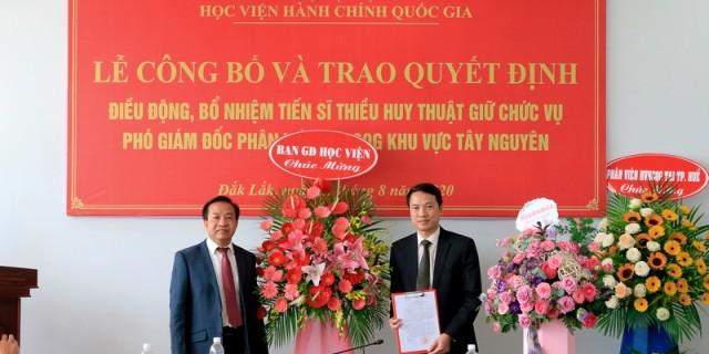 TS. Nguyễn Đăng Quế - Đảng ủy viên, Phó Giám đốc Học viện Hành chính Quốc gia, trao Quyết định cho TS. Thiều Huy Thuật
