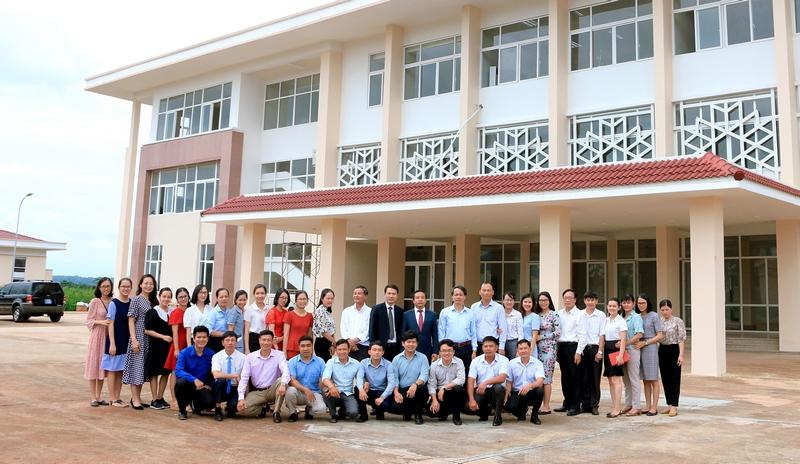 Lãnh đạo Học viện và Tập thể Viên chức, người Lao động tại Phân viện Học viện Hành chính Quốc gia khu vực Tây Nguyên chụp hình lưu niệm