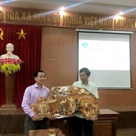 Đại diện của lớp tặng quà lưu niệm UBND huyện