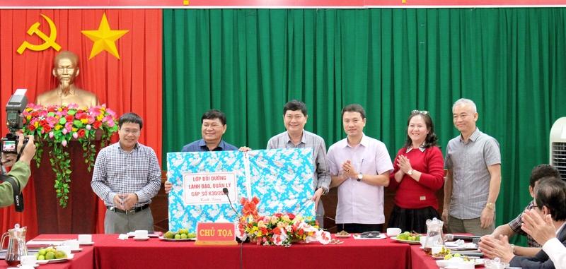 lớp tặng quà lưu niệm UBND huyện