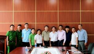 Các đồng chí trong đội PCCC chụp hình lưu niệm