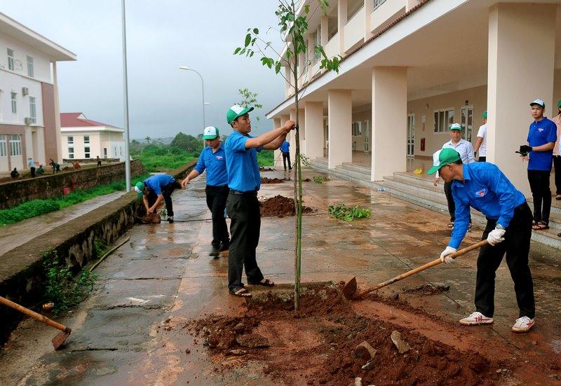Các đồng chí trong 2 Chi đoàn chung tay trồng cây xanh bảo vệ môi trường